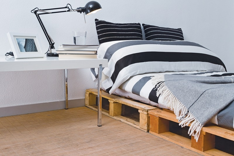 Space-efficient twin bed made out of pallets - DIY platform bed