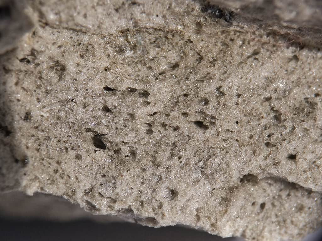 BUILDING WITH PUMICE: Making blocks out of pumice, lime and concrete